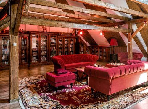 Bibliothek, Filmothek und ein Raum zum Musikhören